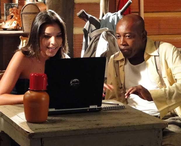 Nancy conversa com Salatiel pelo computador