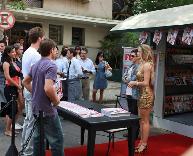 Natalie se apresenta aos fãs, jornalistas e paparazzis (Fotos: Rafael Silva / TV Globo)