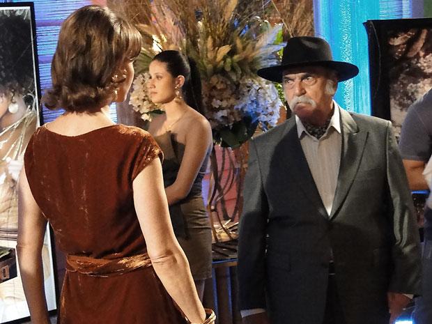 Max aborda Amélia na festa de lançamento da Rurbana