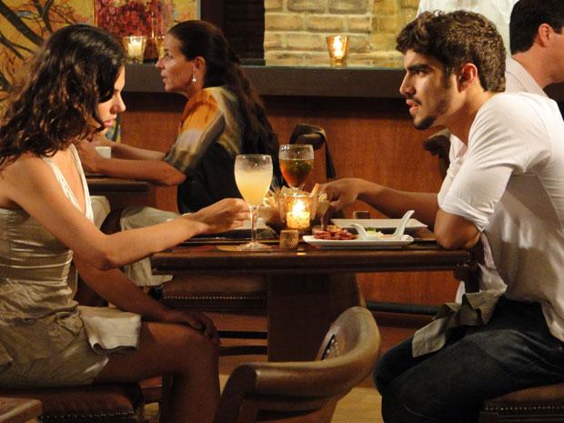 Marcela confessa para Edgar que dormiu com Renato