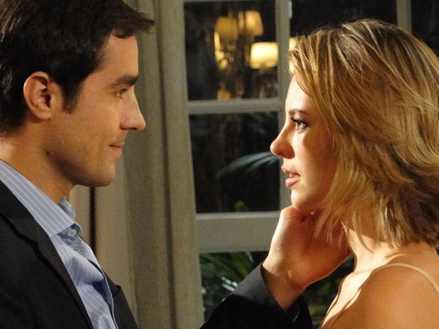 Henrique (Ricardo Pereira) tenta beijar Marina (Paola Oliveira)