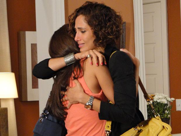 Irmãs se abraçam muito emocionadas