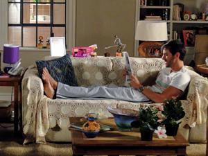 Douglas lê jornal