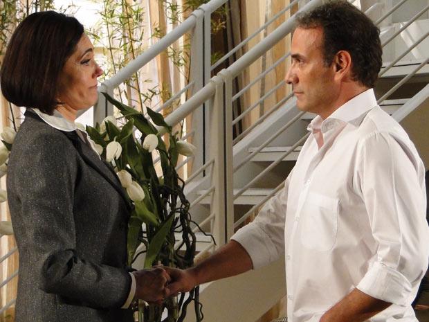 Rebeca fica arrasada com o fim do namoro com Gino