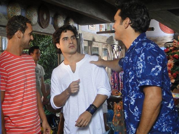 Julinho encontra Thales conversando com amigos