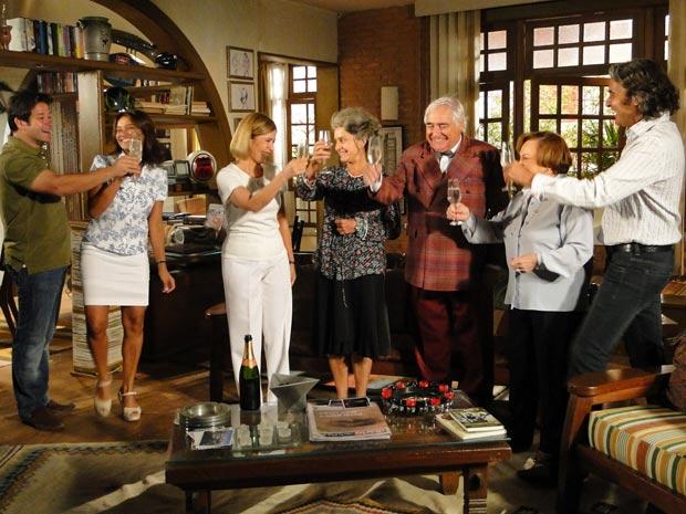 Todos comemoram a união de Jacques e Ari