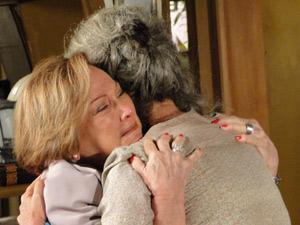 Cecília e Júlia se abraçam emocionadas