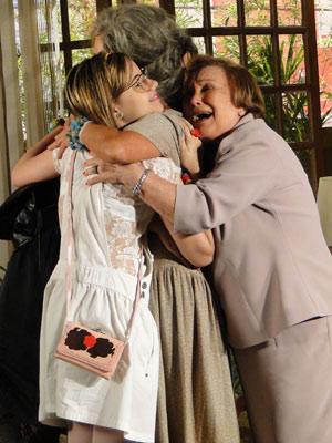 Cecília descobre que Val e Mabi são suas netas