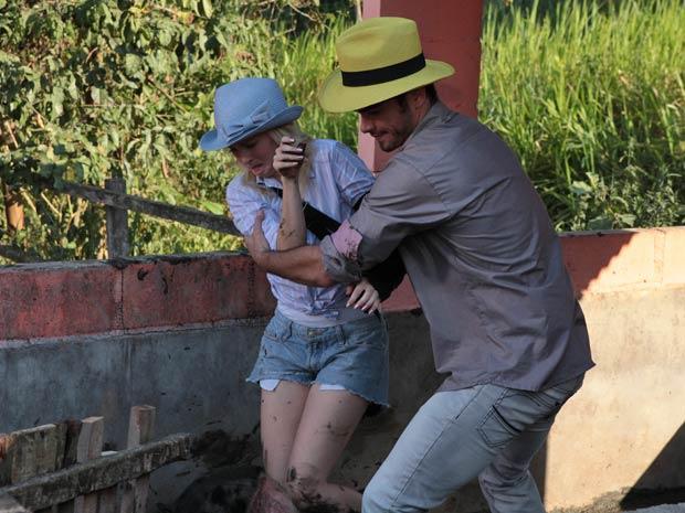 Érico aparece e ajuda Camila