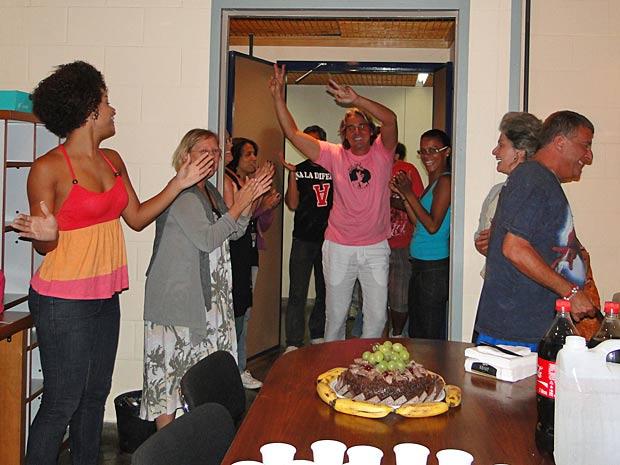 Alexandre Borges chega animado para a festinha