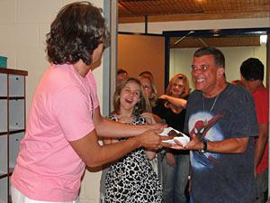 E oferece o segundo pedaço do bolo para Jorge Fernando