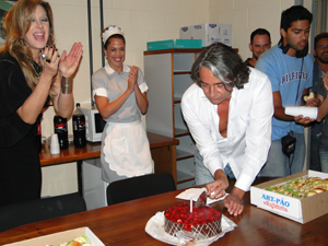Alexandre Borges corta o bolo