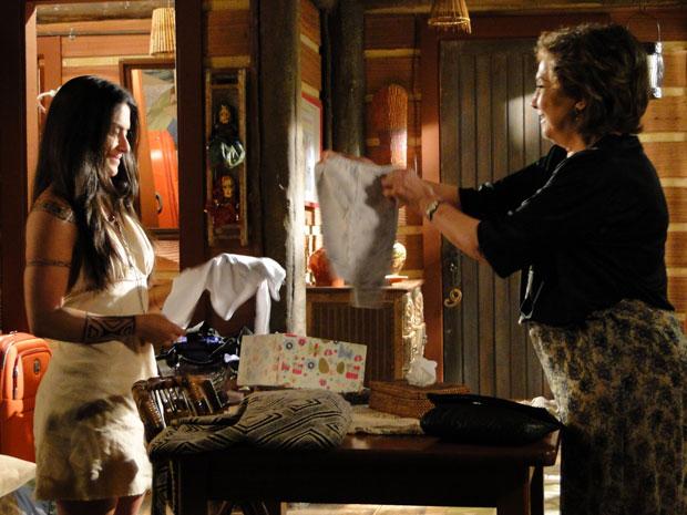 Beatriz presenteia filho de Estela com um casaquinho