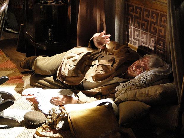 Gabriel cumprimenta Aspásia, que leva o maior susto au ver o Cabo de Esquadra no chão
