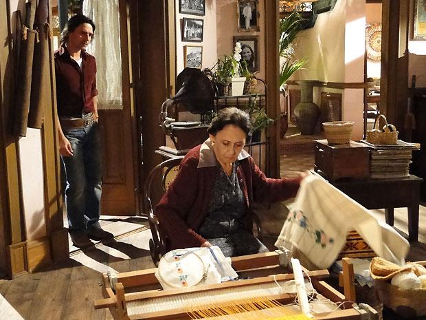 Mariquita puxa o pano com seu borado e Solano percebe a caixa com as cartas de Antoninha