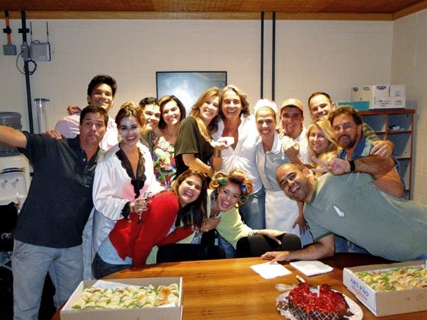http://s.glbimg.com/et/nv/f/original/2011/02/24/todos_reunidos_para_comemorar_niver_de_alexandre.jpg