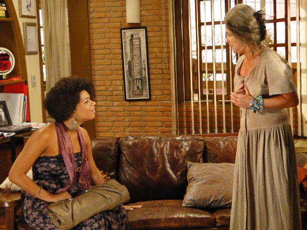Clotilde fica chocada ao saber que Cecília é a mãe de Jacques