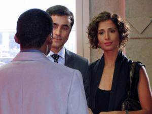 André vê Carol acompanhada de Henrique