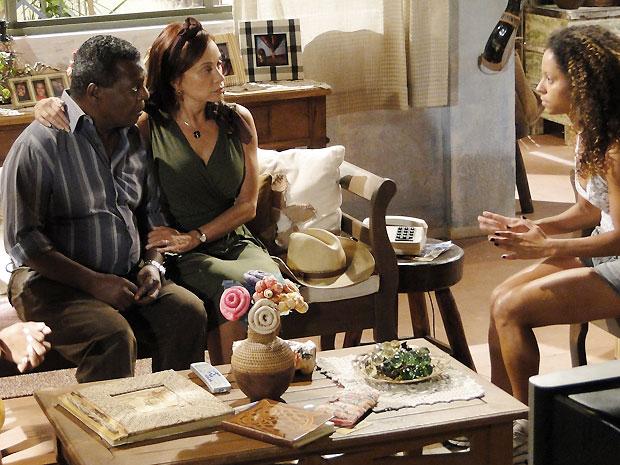 Safira tenta argumentar com os pais sobre o caráter de Geraldo