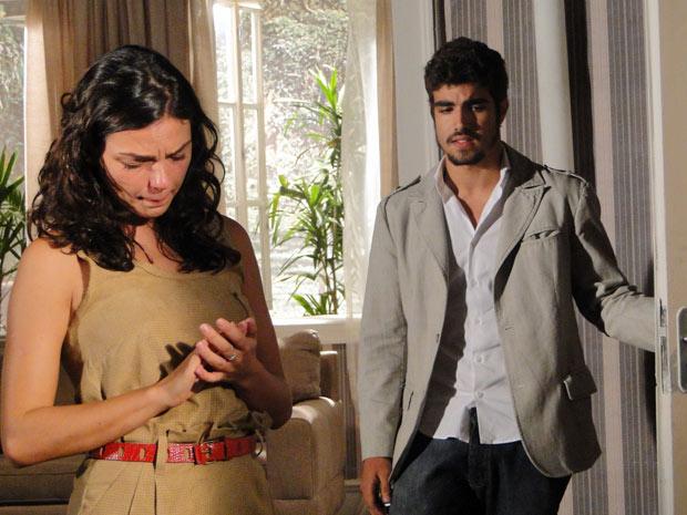 Edgar abre a porta do seu quarto e pede para Marcela sair