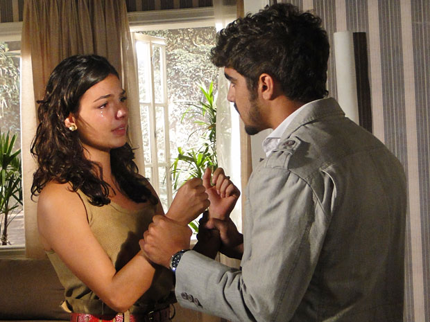 Marcela confessa que sente algo intenso por Renato