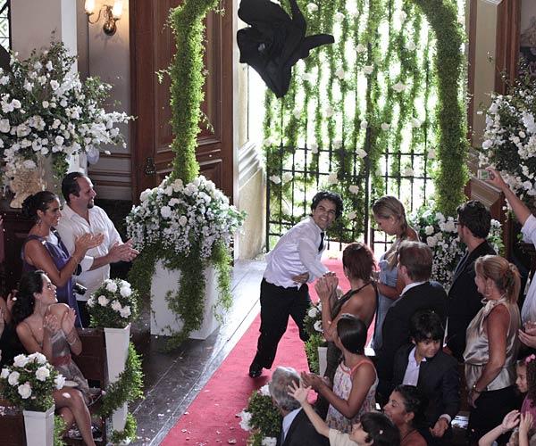 O noivo entra na igreja dançando (Foto: Felipe Monteiro/Tv Globo)