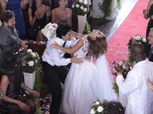 Os noivos dançam até o altar