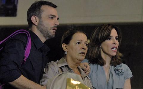 Leila resolve ficar em Londres e choca a família (Insensato Coração/ TV Globo)
