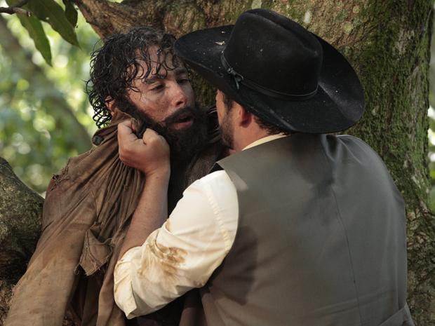 Jovens, Max e Gabriel batem de frente e o fazendeiro tenta entregar o médico aos militares