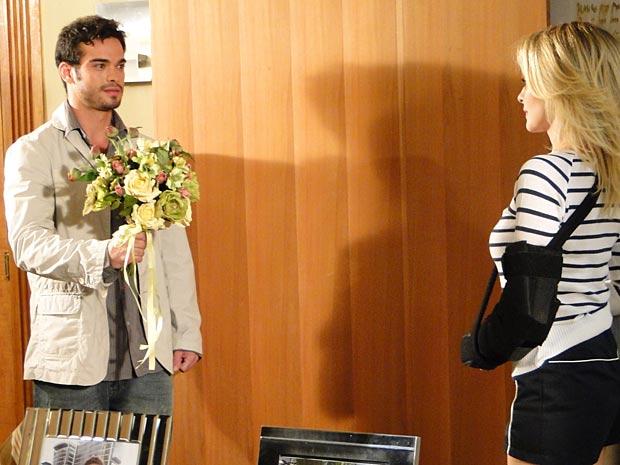 Érico surpreende Camila com um buquê