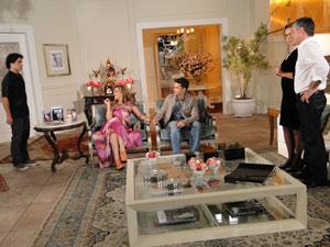 Gustavo e Bruna recebem Jaqueline e o marido para jantar na mansão