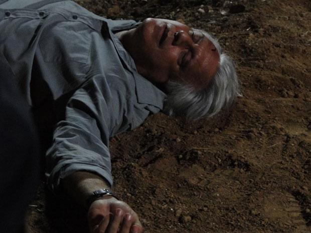 Afrânio obriga Raul a assistir ao espancamento e depois dá uma coronhada que o apaga