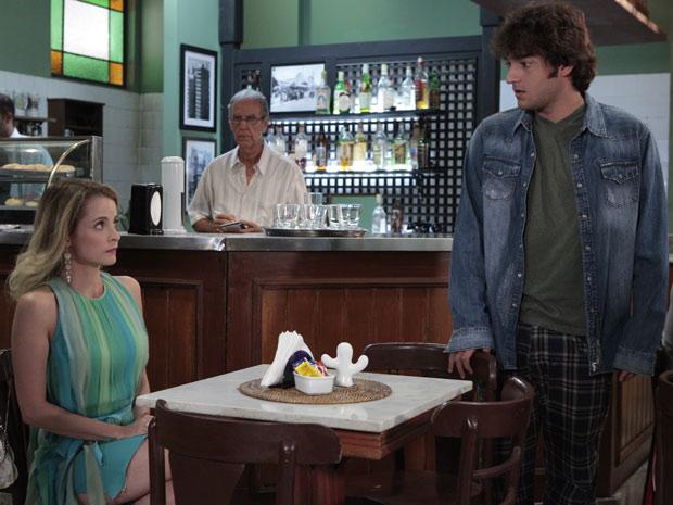 Camila encontra Luti no restaurante e os dois vão embora juntos