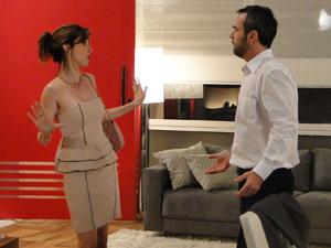 Júlio ignora as reclamações de Eunice