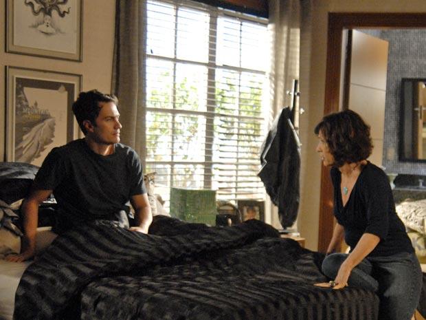 Wanda começa a desconfiar de Léo, ainda que sutilmente