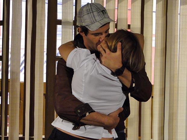 ...e os dois se beijam