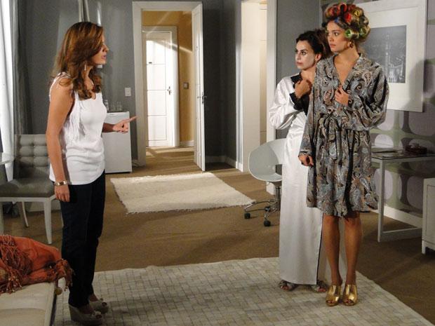 Desirée invade o quarto de Stéfany e vai tirar satisfação