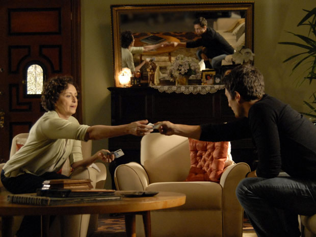 Léo dá um dinheirinho para garantir que Neném vai contar a sua história