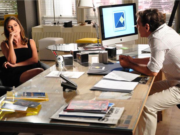 Úrsula aceita bisbilhotar escritório de Marina para Aquiles ter André de volta