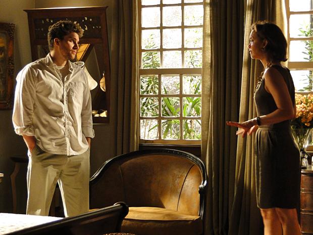 Amélia diz a Vítor que prometeu ajudar Manuela a fazer Max pagar pelos crimes que cometeu
