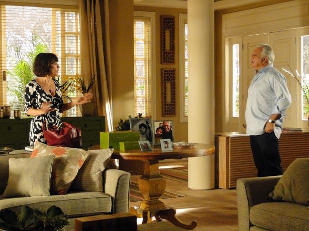 Raul consegue deixar Wanda insegura sobre o caráter de Léo