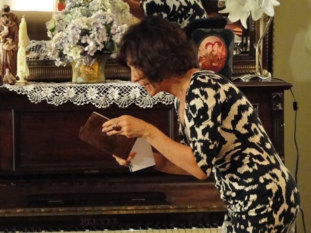 Wanda engana a tia para pegar o cartão e a senha anotada em um caderninho