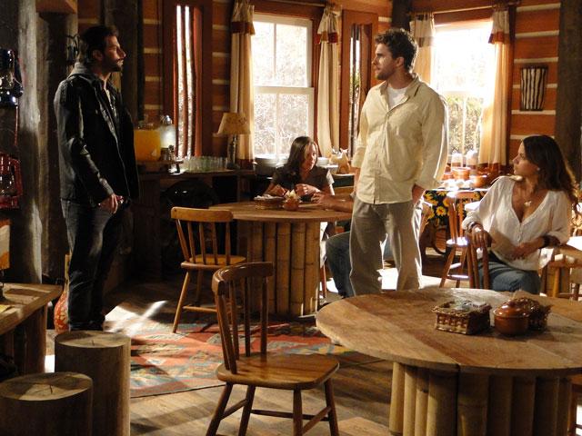 Manu conta a Vitor que foi atropelada por um motoqueiro imbecil e Rudy aparece
