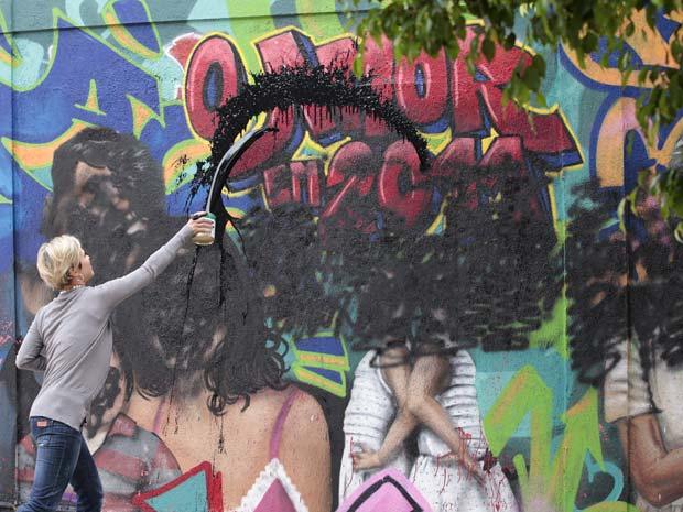 Luisa destrói todo o muro de Renato