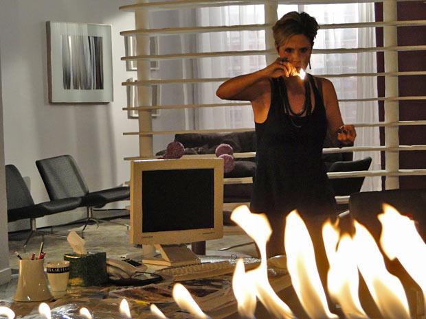 Transtornada, Luisa ateia fogo na agência