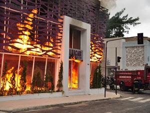 A agência em chamas