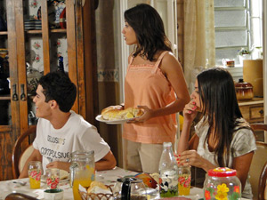 Ângelo, Gabi e Amanda ficam surpresos com a cena que veem