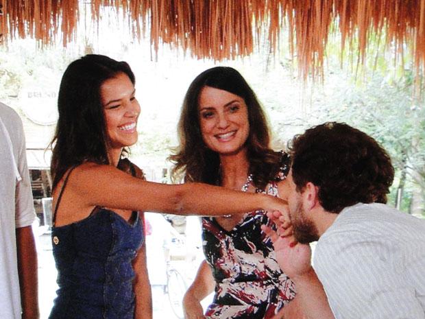 Encantado por Nancy, Durval beija a mão da morena