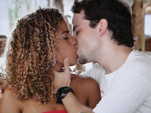 O cabeleireiro toma coragem e beija Esmeralda, cheio de paixão