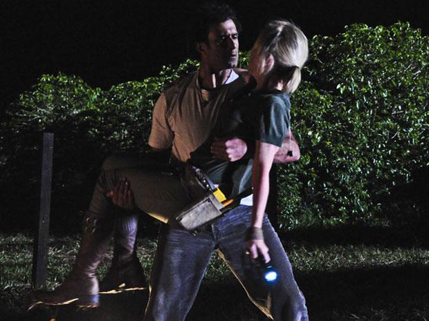 Abner ajuda Júlia a sair do mataburro após ver seu tornozelo machucado